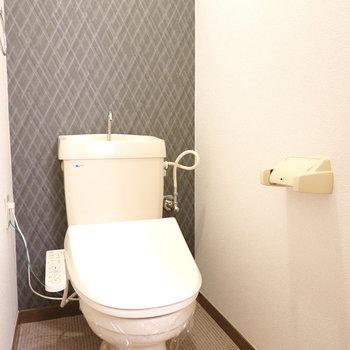 トイレはウォシュレット付き。菱形の模様が入ったアクセントクロスが特徴。