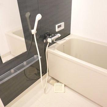 お風呂も黒でシックな印象。高級感があってとても安らげそうだ。