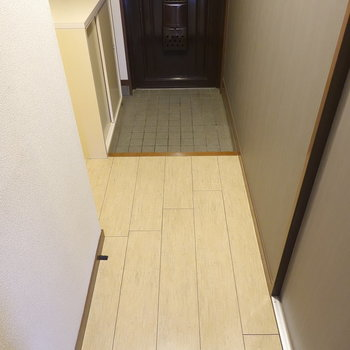 洋室を出て玄関へ。ちょっとある廊下を歩きます。