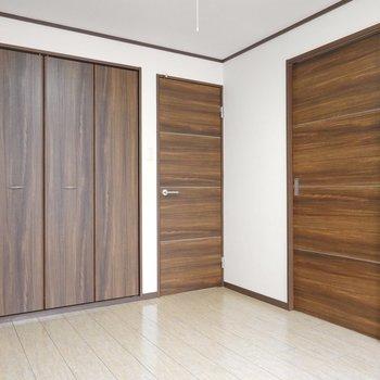 右のドアがリビング、真ん中がキッチンへと繋がっています。