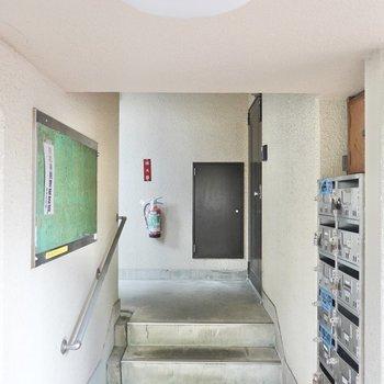 お部屋への階段は建物正面の左手にあります。