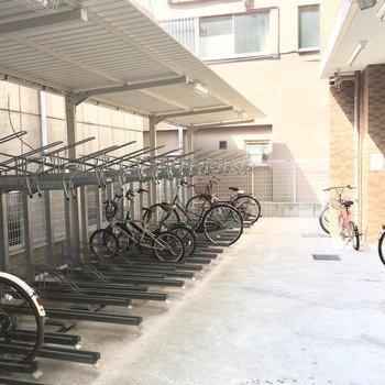 共用部】駐輪場はマンションの裏手に。