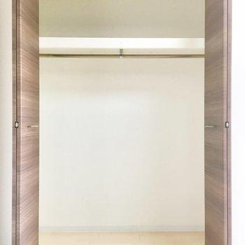 でもクローゼットはしっかり収納できそう!※写真は6階の同転間取り別部屋のものです