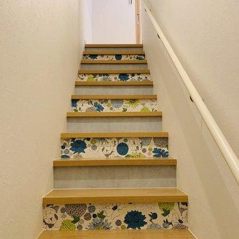 玄関はいるとすぐに可愛い階段が