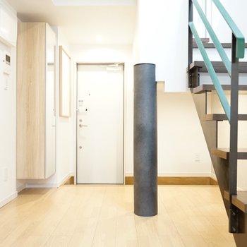 ナチュラルだけど、黒く太い柱や階段など、ちょっと男らしい空間です。(※写真は1階の反転間取り別部屋のものです)