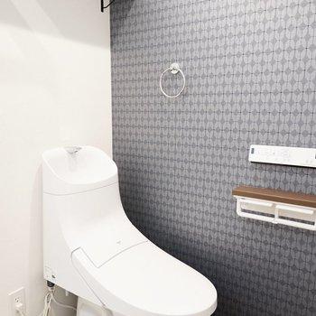 近代的なカタチのトイレ。ウォシュレットつきが嬉しいね。(※写真は1階の反転間取り別部屋のものです)
