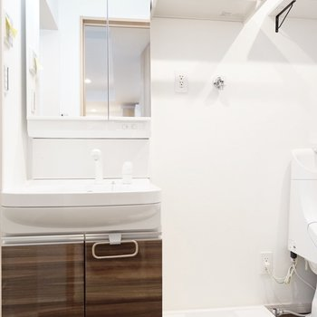 洗面台・洗濯機置場もセットなので手間が省けて楽。(※写真は1階の反転間取り別部屋のものです)