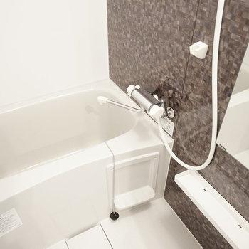 タイルのような、大理石のような、そんな壁のお風呂で安らぐ。(※写真は1階の反転間取り別部屋のものです)