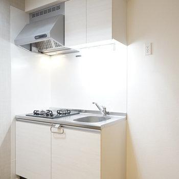 清潔感あるキッチン。 冷蔵庫は右手に置けます。(※写真は1階の反転間取り別部屋のものです)