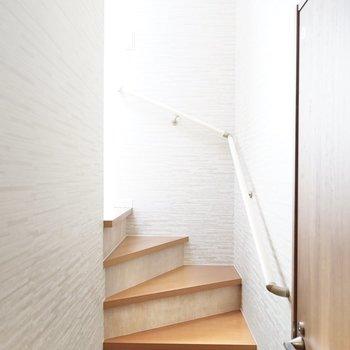 トイレ・風呂・脱衣所・洗濯機置場は洋室に上がる階段の途中にあります。