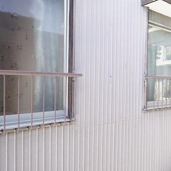 ベランダはありません! 窓を開けたらお隣さん。