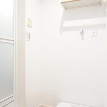 脱衣所内に洗濯機置場。棚のような小さなところにもセンスが。