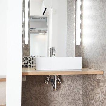洗面台は洋室にあります。 スクエア型の洗面器がカワイイ。 照明もセンスある!