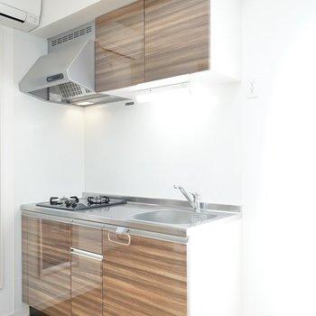 ナチュラルな雰囲気に合うキッチン。割りとコンパクトなので、簡単な料理を。