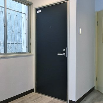 玄関はフラットです。
