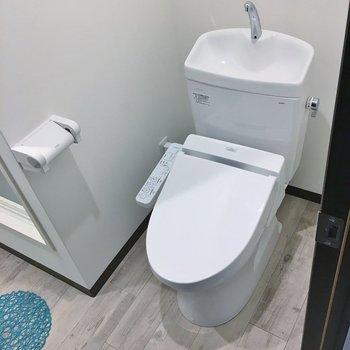 シャワールーム横にトイレ。
