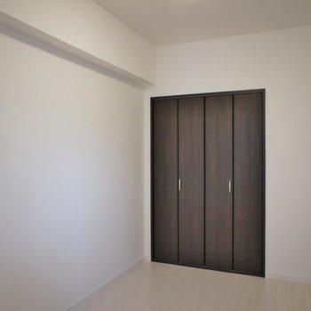 洋室もシンプル※写真は同タイプの別室。