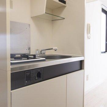 コンパクトながら、収納が充実したキッチン