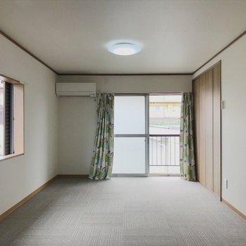 2階の床はふかふかのカーペットで気持ちいい。