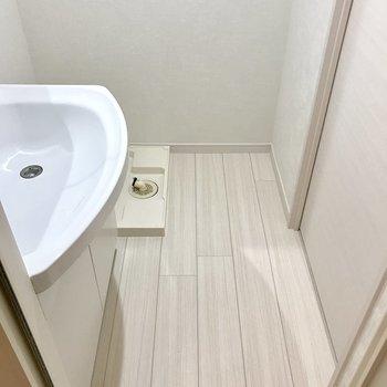 浴室から見た脱衣所。ここに洗濯機置けます◎(※写真は同間取り13階のものです)