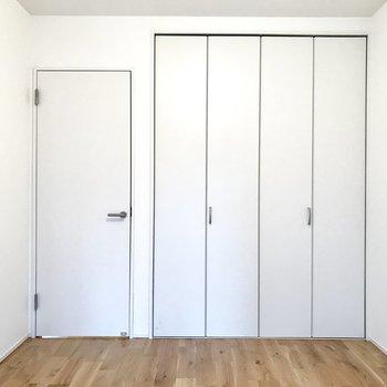 【洋室】反対側にはクローゼットがあります