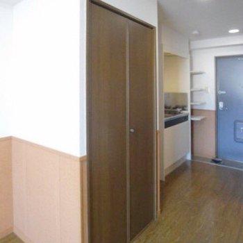 収納は廊下の近くにあります。(※写真は2階の反転間取り別部屋のものです)