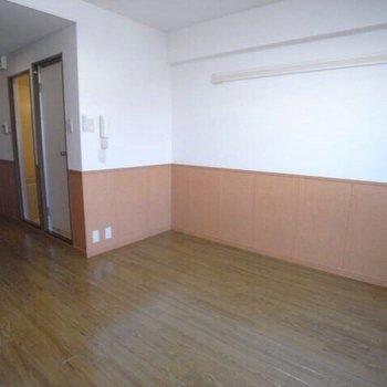 床は落ち着いた色のフローリングです。(※写真は2階の反転間取り別部屋のものです)
