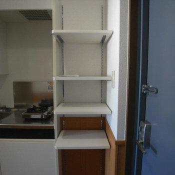 横には棚も。調味料類はここに。(※写真は2階の同間取り別部屋のものです)