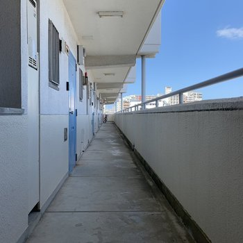 長ーい共用廊下。