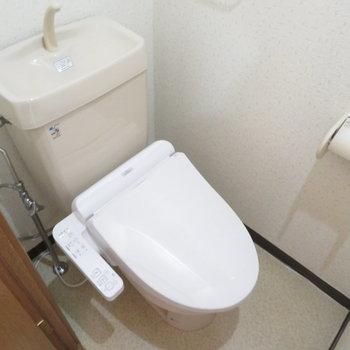 トイレは温水洗浄便座付きです(※写真は5階の反転間取り別部屋のものです)