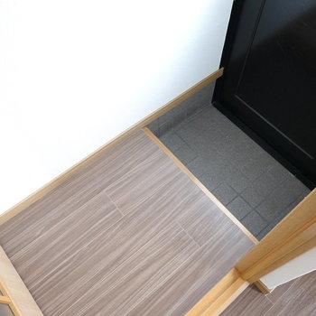 玄関は結構コンパクトですが、ひとりが脱ぎ履きするには十分そう。