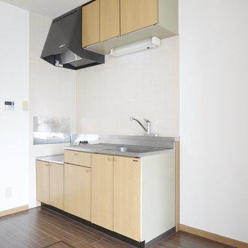 シンプルなキッチン。冷蔵庫は右側に!