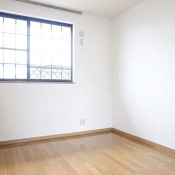 お隣は同じく6帖の広さ。 どちらを寝室にするか迷いますね。