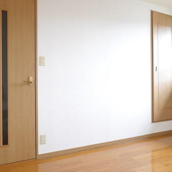 左は階段への扉。右が収納です。