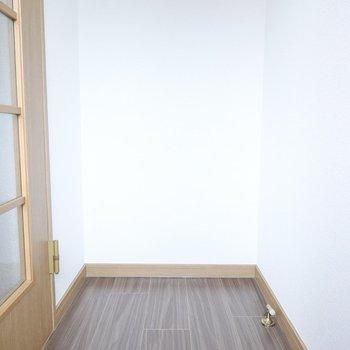 備え付けの靴箱はないですが、奥のスペースに置けそう。