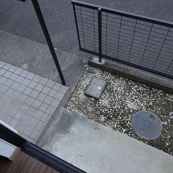 1階の窓外にはちょっとした庭が!玄関もすぐ横です。