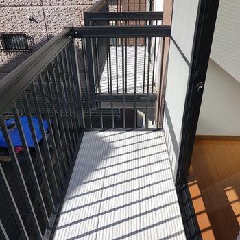 2階のベランダ。部屋の中からでも干せそうな距離。(※写真は1階の同間取り別部屋のものです)