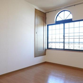 こちらも同じ6帖。格子状の窓がカワイイ!(※写真は1階の同間取り別部屋のものです)