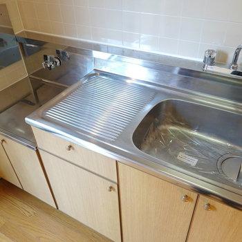 ステンレスワークトップのキッチン!コンロはご自身での設置になります。(※写真は1階の同間取り別部屋のものです)