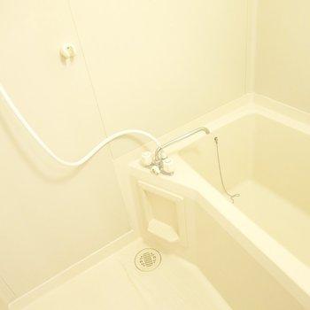 お風呂はシンプルですが、綺麗にされています。(※写真は1階の同間取り別部屋のものです)