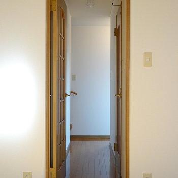 水回りは廊下に集結しています。右には脱衣所、左にはトイレがあります。(※写真は1階の同間取り別部屋のものです)