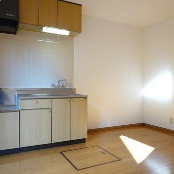 キッチン横には広めのスペース。電源が扉付近にあるので、冷蔵庫を置く際の配線に気をつけたい。(※写真は1階の同間取り別部屋のものです)