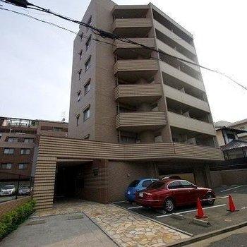 住宅街に佇むマンションです!
