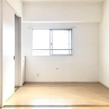 洋室はベッドを置くといっぱいになるかな?(※写真は6階の同間取り別部屋、清掃前のものです)