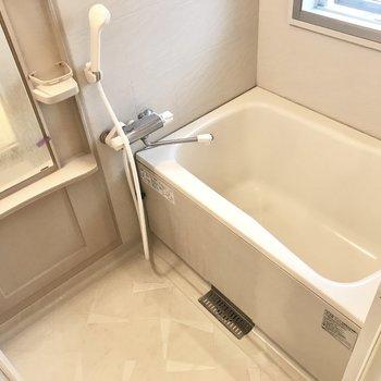 お風呂は使いやすいサーモ水栓だし窓付き(※写真は6階の同間取り別部屋、清掃前のものです)