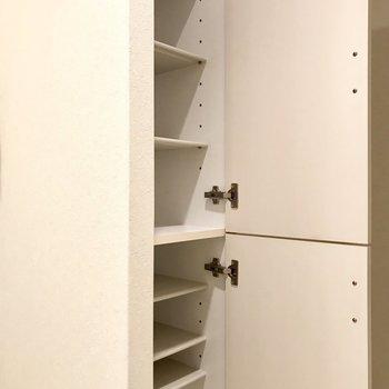 トイレの目の前にこんな収納が!(※写真は6階の同間取り別部屋、清掃前のものです)