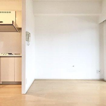 キッチンは壁で仕切られています(※写真は6階の同間取り別部屋、清掃前のものです)