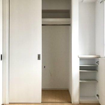 クローゼットとその隣に可動式の棚も!(※写真は6階の同間取り別部屋、清掃前のものです)