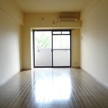 長細いお部屋です。ひかりもしっかり入ってきます。(※写真は3階の同間取り別部屋、清掃前のものです)