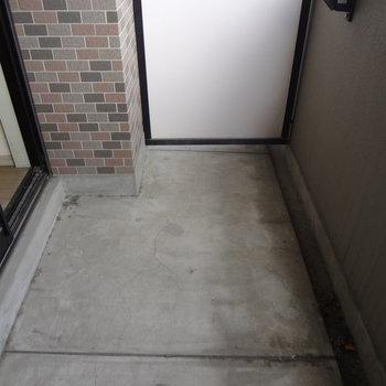 バルコニーは1人暮らしだと十分なサイズかな。(※写真は3階の同間取り別部屋、清掃前のものです)